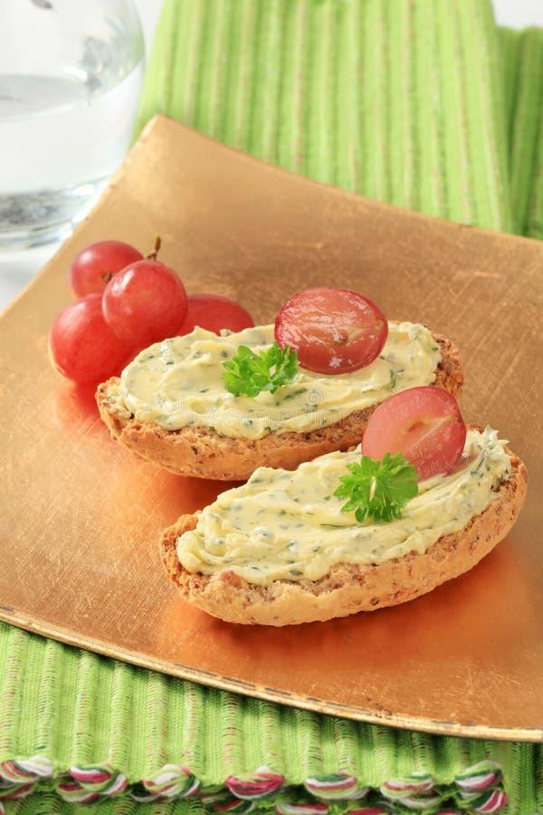 Gehele korrel kernachtige broodjes met kruidboter royalty-vrije stock afbeelding