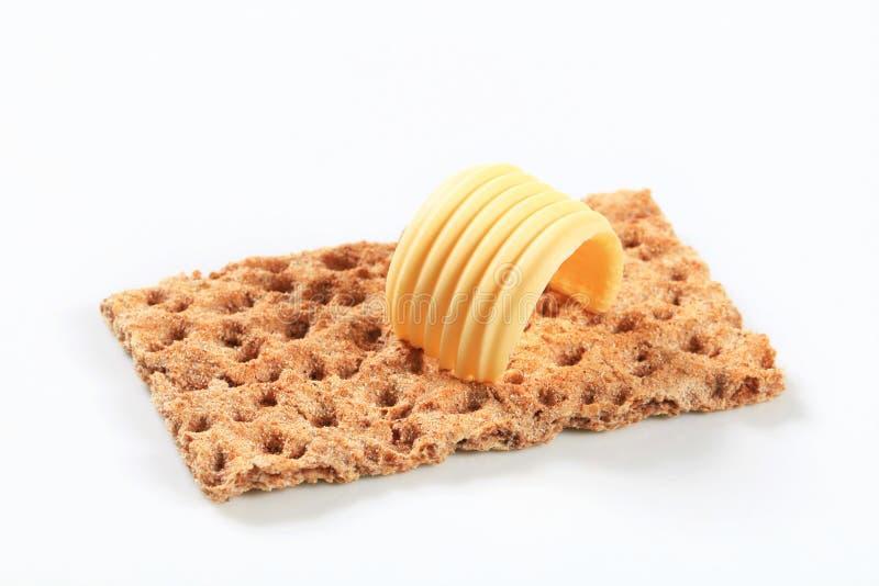Gehele korrelknäckebrood en boter royalty-vrije stock afbeelding
