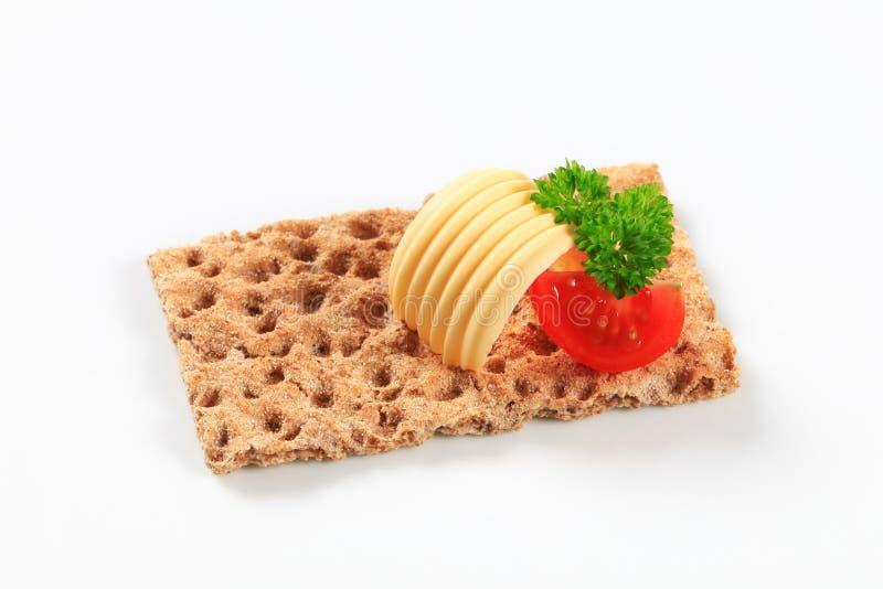 Gehele korrelknäckebrood en boter royalty-vrije stock foto's