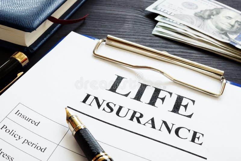 Gehele levensverzekeringspen en dollars royalty-vrije stock afbeeldingen