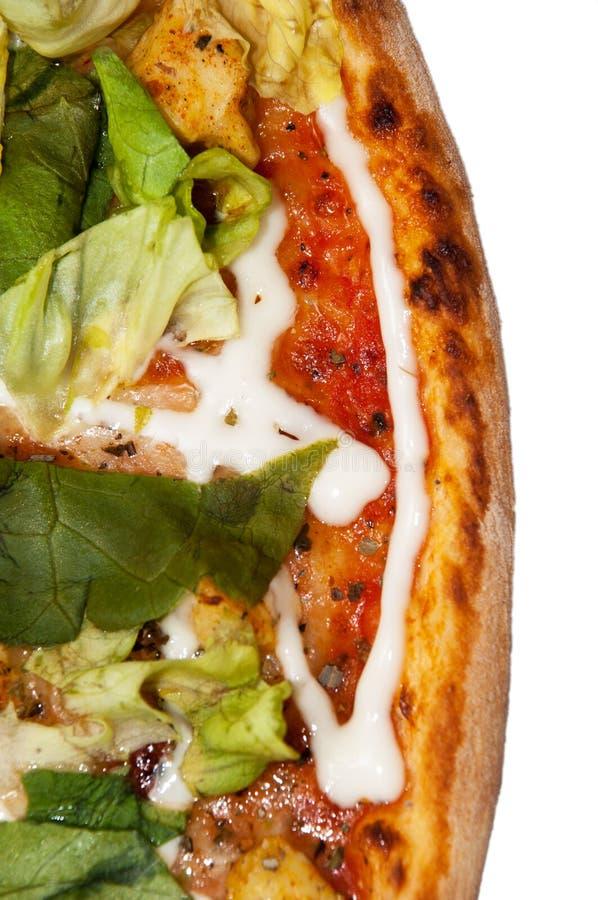 Gehele pizza met sla op een witte achtergrond stock foto's