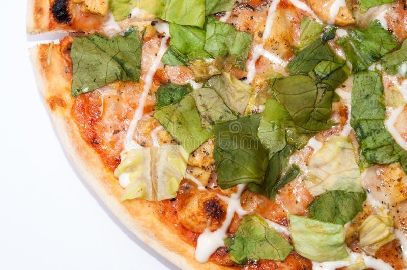 Gehele pizza met sla op een witte achtergrond royalty-vrije stock afbeeldingen