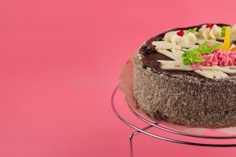 Gehele ronde smakelijke chocoladecake op het glanzende net van het metaalchroom royalty-vrije stock fotografie