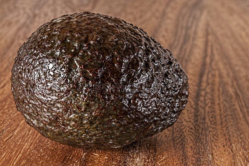 Gehele ruwe avocado, scherpe raad stock foto's