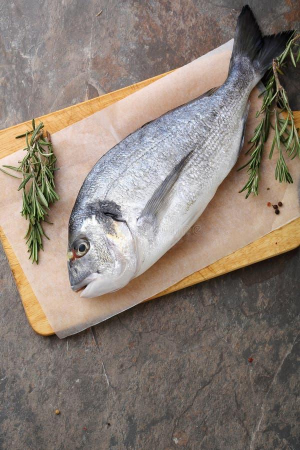 Gehele ruwe vissen op scherpe raad royalty-vrije stock fotografie
