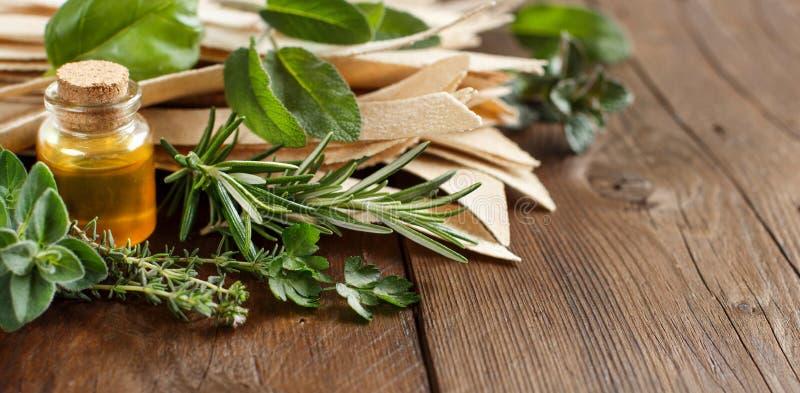 Gehele tarwe artisanale deegwaren, olijfolie en kruiden royalty-vrije stock foto