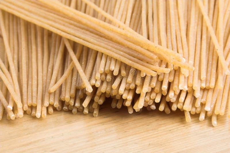 Gehele tarwespaghetti royalty-vrije stock afbeelding
