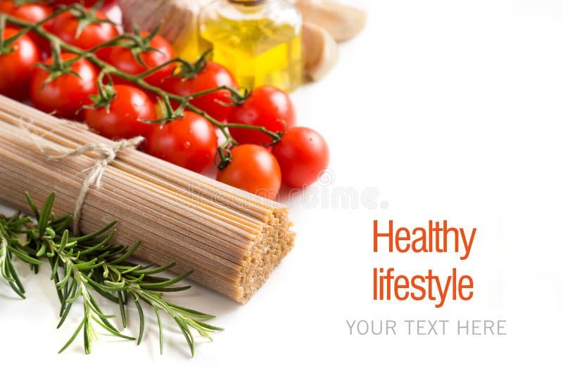 Gehele tarwespaghetti, groenten en olijfolie royalty-vrije stock afbeeldingen