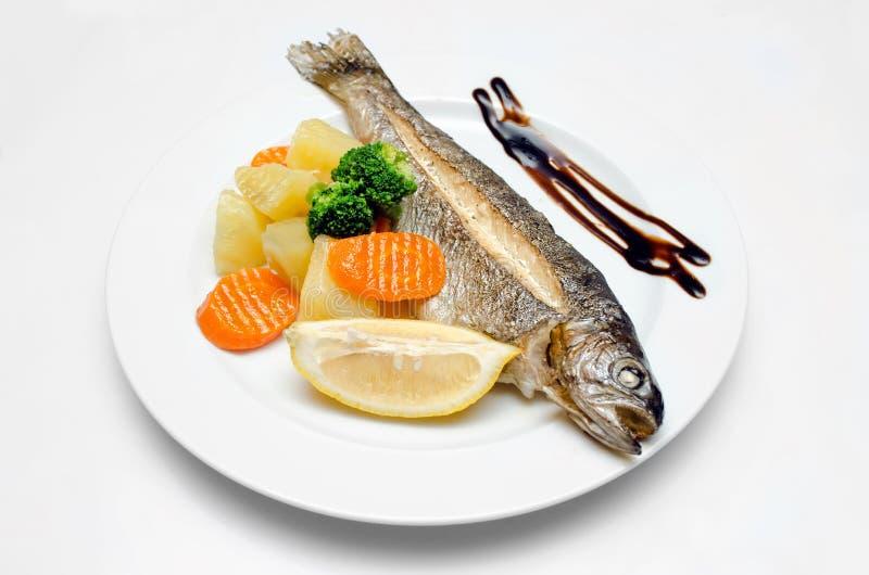 Gehele vissenplaat op wit geïsoleerde achtergrond stock foto's