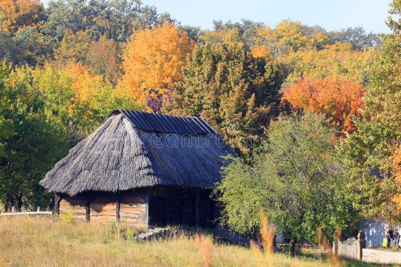 Gehen auf das Gebiet des Freiluftmuseums in Pirogovo während der Herbstferien stockfotografie