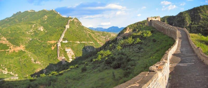 Gehen auf die Chinesische Mauer   stockbilder