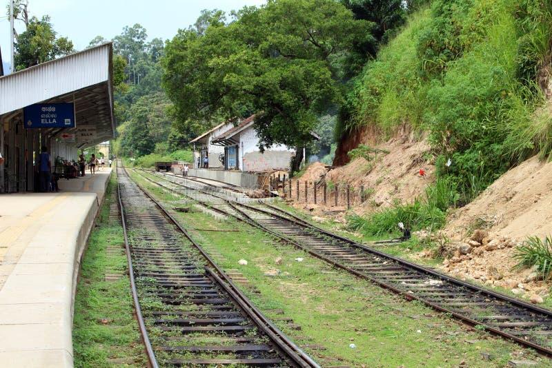 Gehen auf die Schiene, die nach oder von Ella-Station geht stockfoto