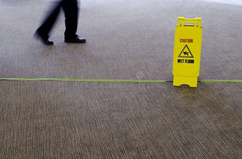 Gehen auf nassen Fußboden lizenzfreies stockbild