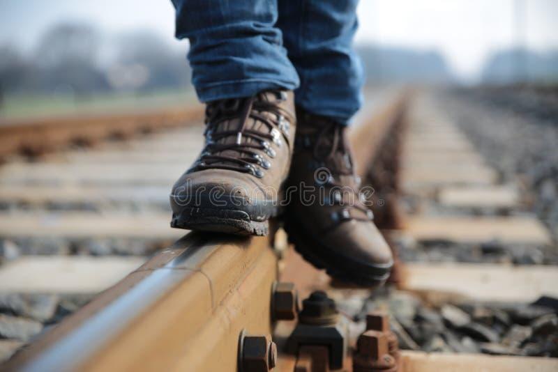 Gehen auf Schienen stockbild