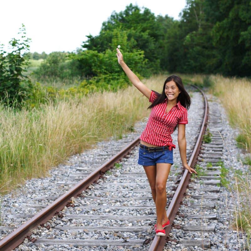 Gehen auf Schienen/Eisenbahnspuren stockfotos