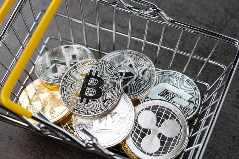 Gehen das digitale Zahlungskonzept Cryptocurrency, das vom Silber verschieden ist und stockfotografie