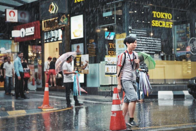 Gehen in den Regen lizenzfreie stockbilder