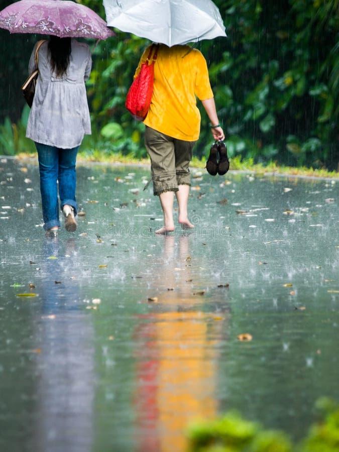Gehen in den Regen lizenzfreies stockfoto