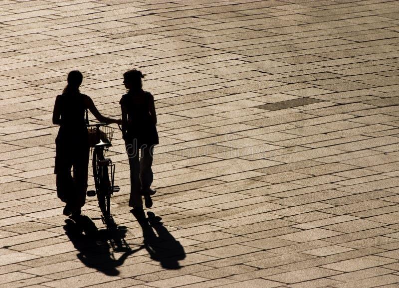 Gehen in die Sonneleuchte stockfoto