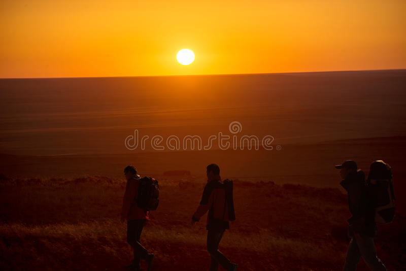 Gehen in die sunglow Wanderer stockfotografie