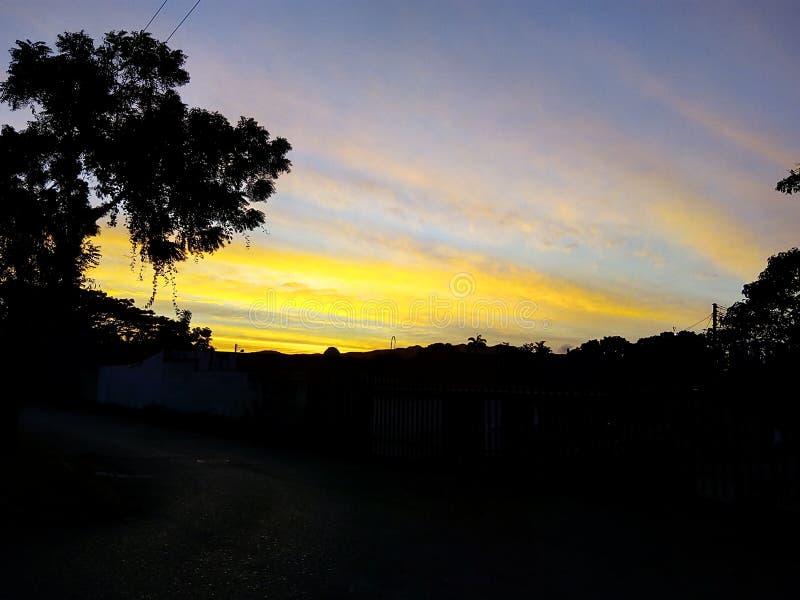 Gehen in diesen schönen Sonnenaufgang stockfoto