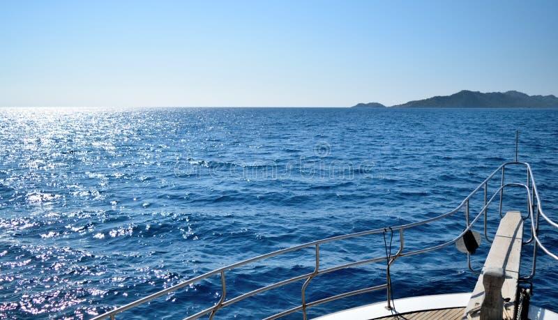 Gehen durch das Meer stockbild