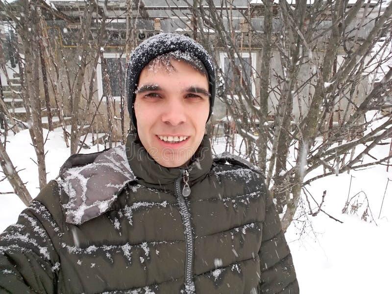 Gehen durch den Schnee lizenzfreies stockbild