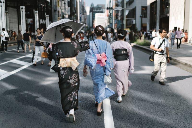Gehen durch Tokyo in Yukata stockfotos