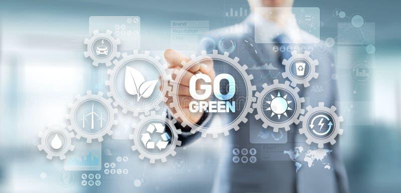 GEHEN eco Technologieökologie-Erdplanet der grüne, der alternative Energie spart Knopf auf virtuellem Schirm stockfoto