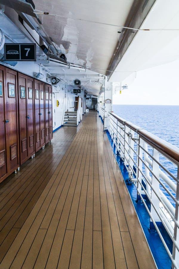Gehen entlang die Plattform an Bord des Schiffs lizenzfreies stockfoto