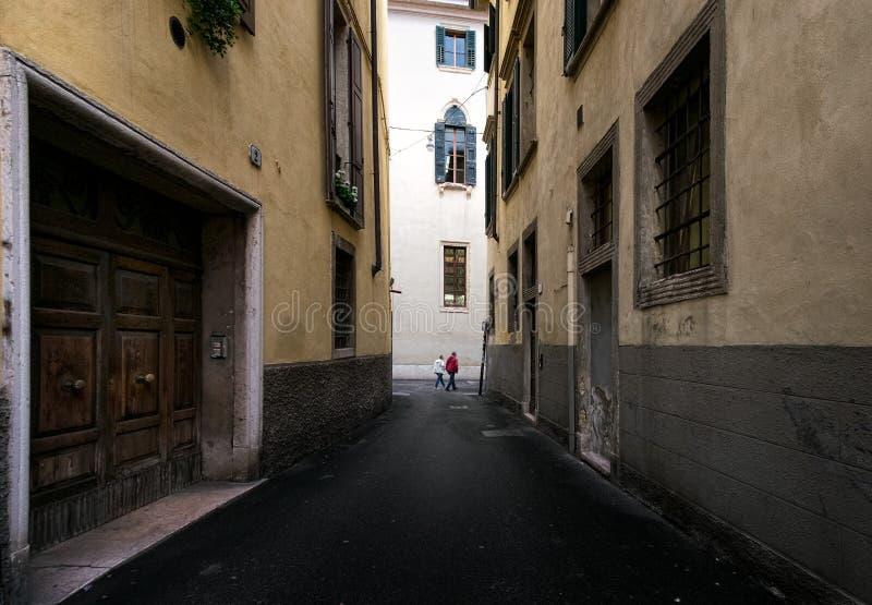 Gehen entlang die Straßen von Verona Italien lizenzfreie stockbilder