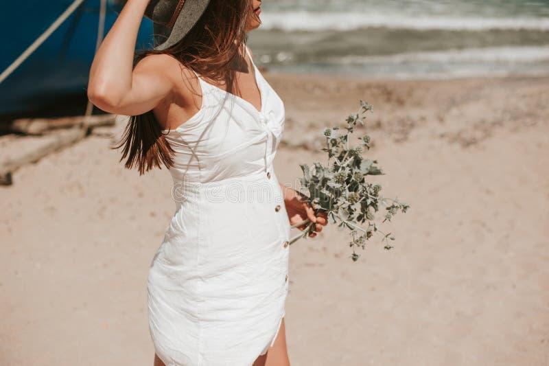 Gehen entlang die Strandsammelnwild wachsenden pflanzen lizenzfreies stockfoto