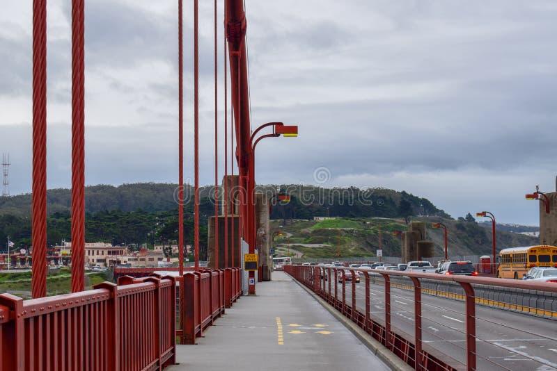 Gehen Golden gate bridges lizenzfreie stockbilder