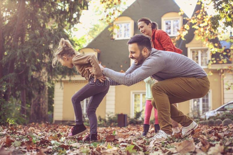 Gehen Lauf und haben Spaß Glückliche Familie stockbild