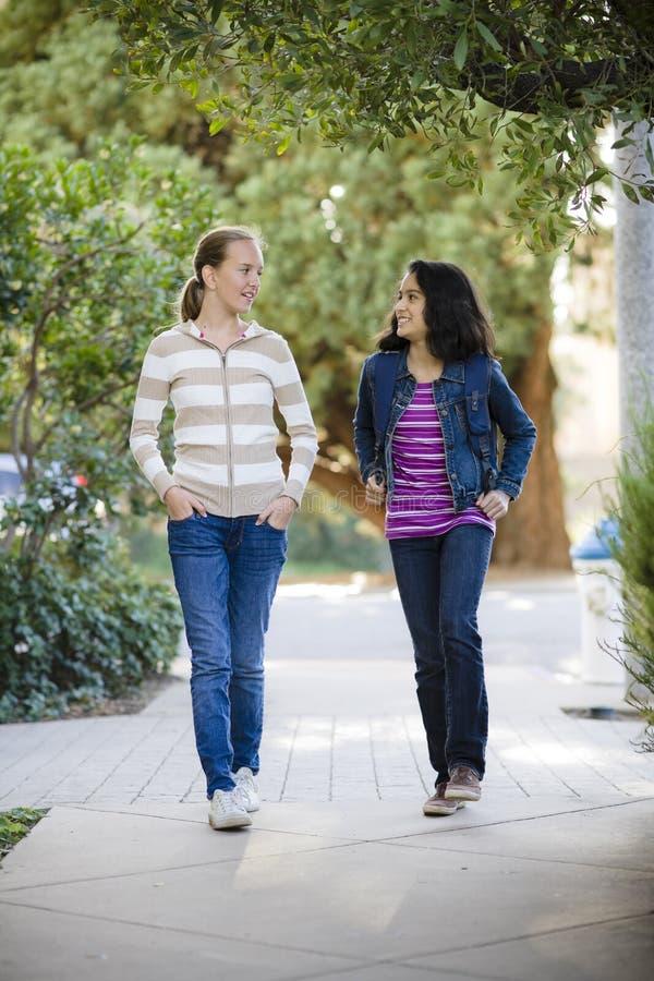 Gehen mit zwei Tween-Mädchen lizenzfreie stockfotos
