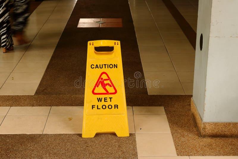 Gehen Sie bitte langsam, nasser Boden stockfotografie