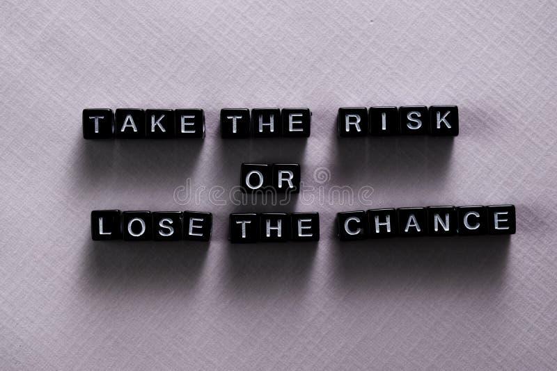 Gehen Sie das Risiko ein oder verlieren Sie die Möglichkeit auf Holzklötzen Motivations- und Inspirationskonzept stockbilder