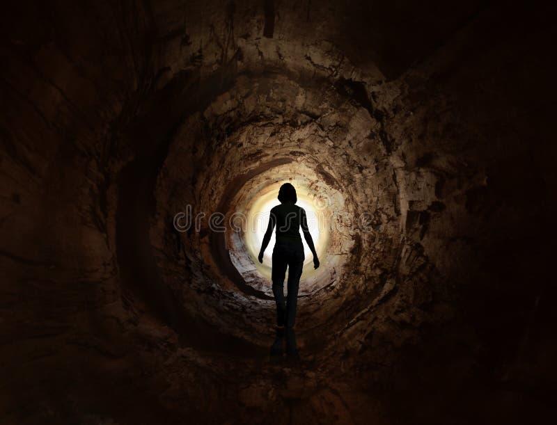 Gehen Sie in die Leuchte im dunklen Tunnel lizenzfreies stockfoto