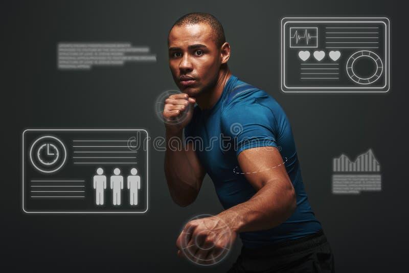 Gehen Sie ein Risiko ein Muskulöser Boxer ist bereit zu kämpfen Junge Sportlerstellung über dunklem Hintergrund Spielkonzept mit lizenzfreie stockfotografie