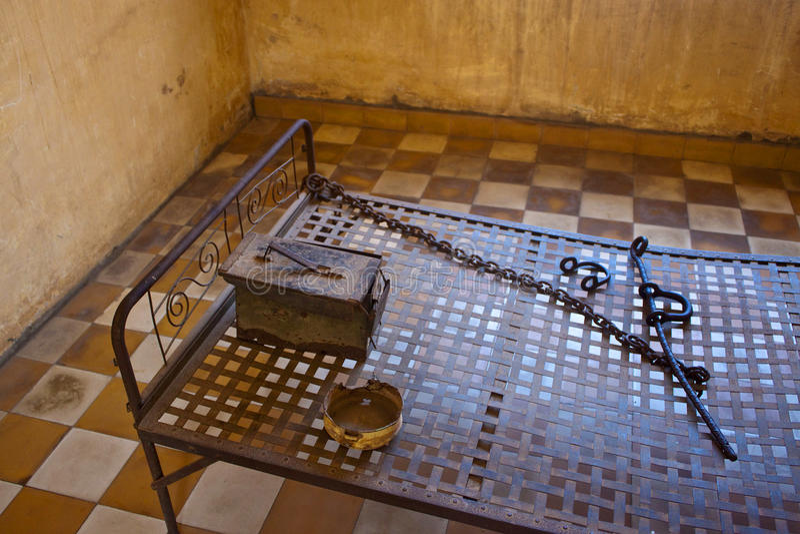 Gehen Sie in einer Zelle in Gefängnis Tuol Sleng (S21) zu Bett lizenzfreies stockbild