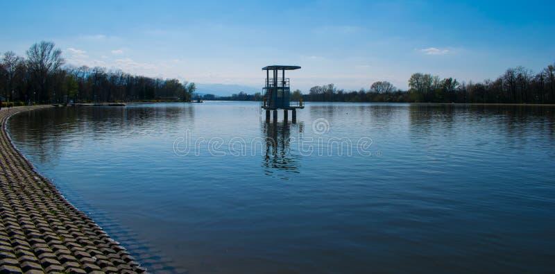 Gehen Sie und entspannen Sie sich um den Rudersportkanal in Plowdiw lizenzfreies stockbild