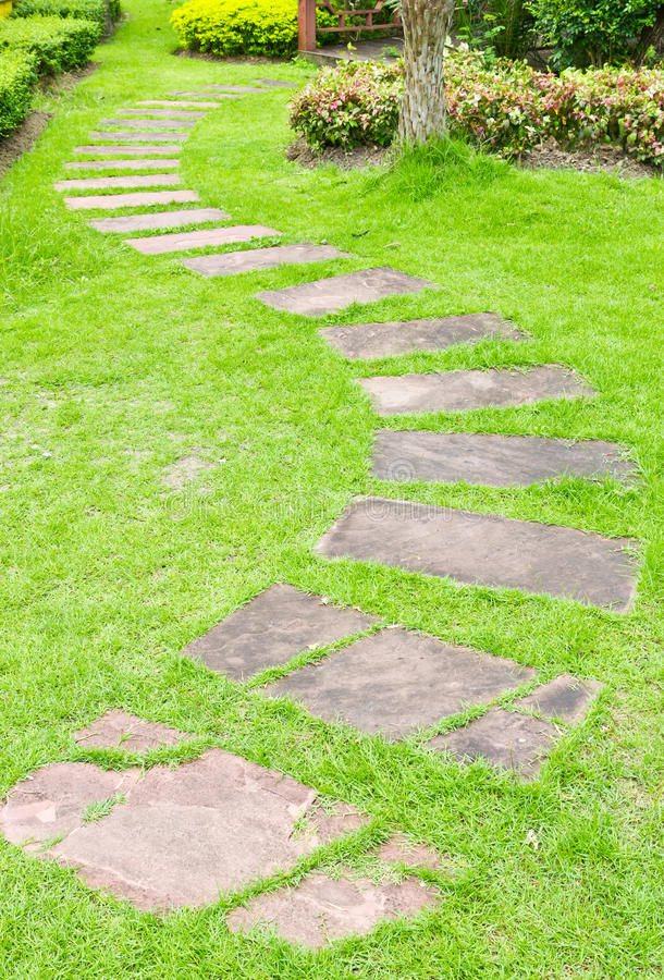 Gehen Stein auf grünem Gras lizenzfreie stockbilder