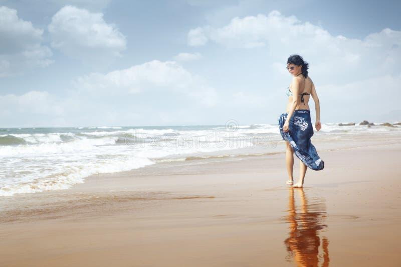 Gehen am Strand lizenzfreies stockbild