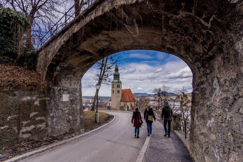Gehen um historische Leutereise Plätze Salzburgs Österreich lizenzfreies stockfoto