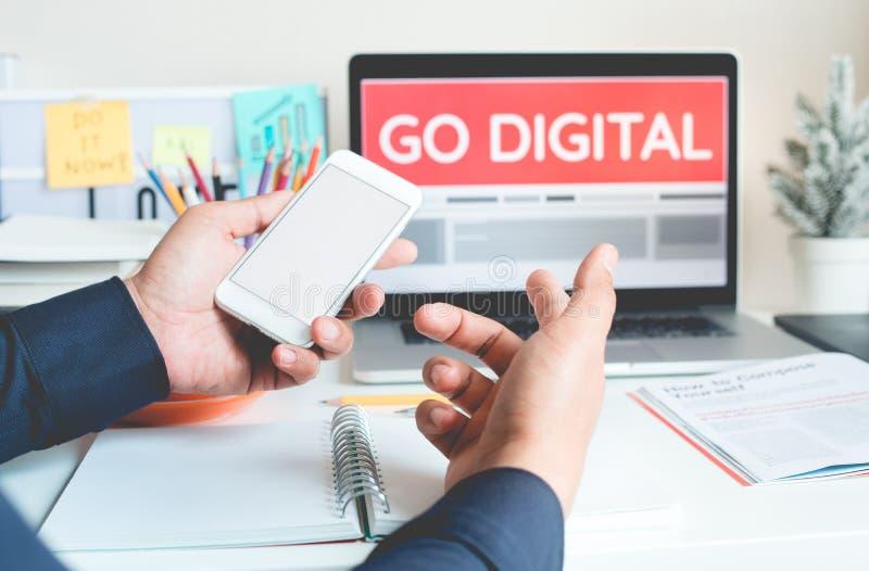Gehen vermarktende Konzeptideen mit der Person digitale, die mit Smartphone und Laptop arbeitet Getrennt auf wei?em Hintergrund lizenzfreies stockbild