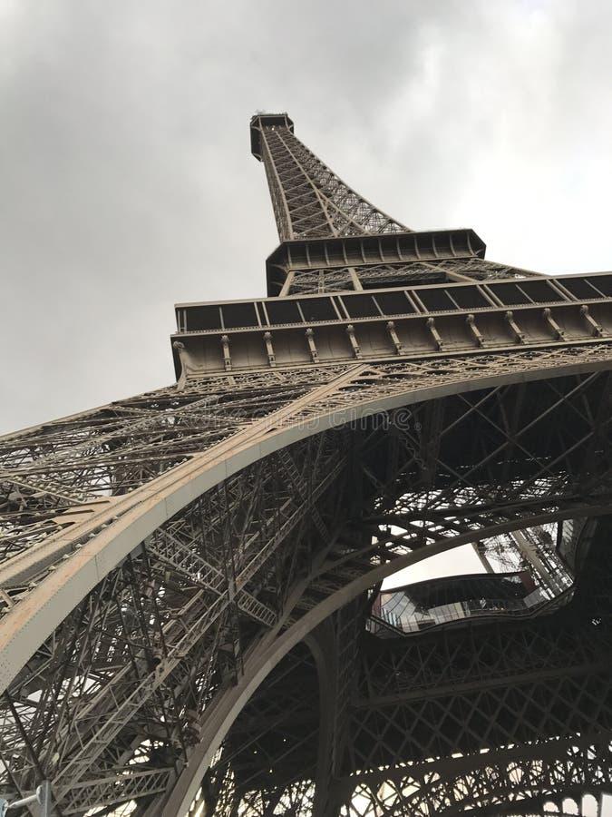 Gehen vor Notre Dame lizenzfreie stockfotos