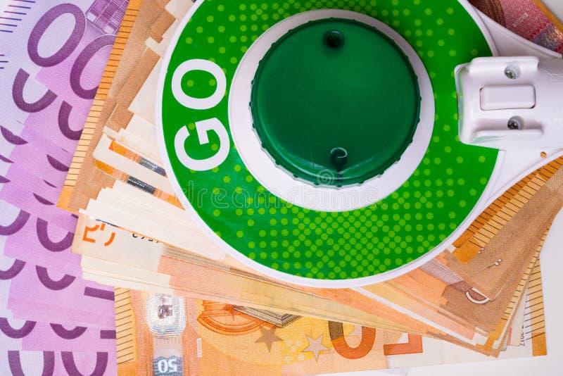 GEHEN Zeichen mit Eurogeldbargeldhintergrund grünes stockbild