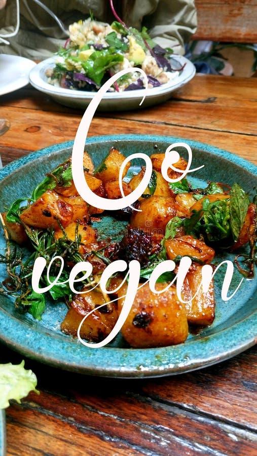 Gehen Zitatbeschaffenheit des strengen Vegetariers mit köstlichem Mahlzeithintergrund stockfoto