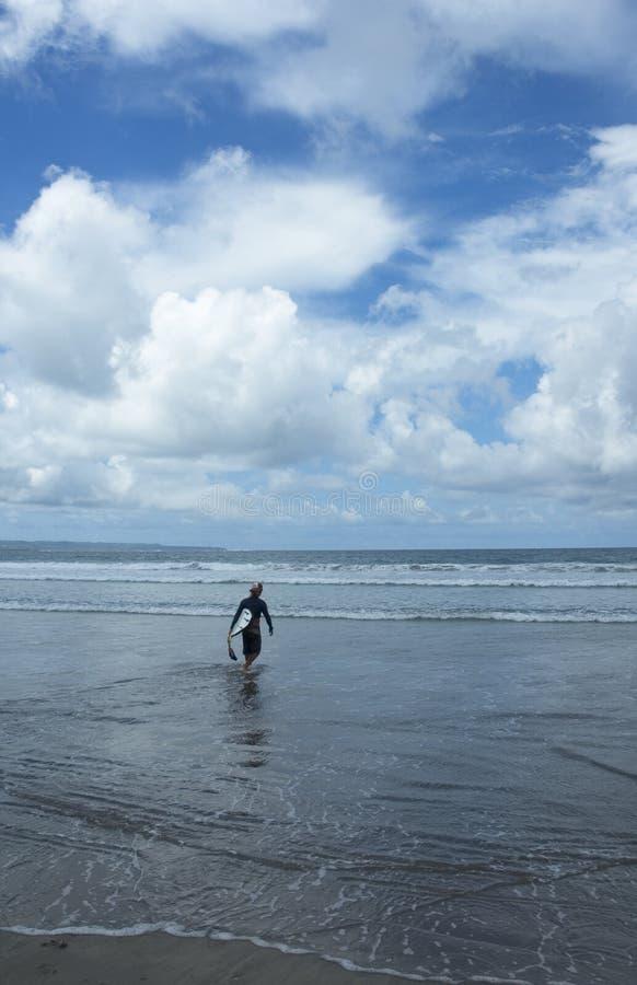 Gehen zu surfen stockfotografie