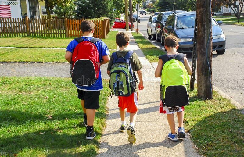 Gehen zur Schule stockbild